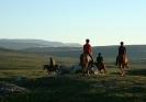 Fra Jovnnajávri. Så red de inn i solnedgangen. Nordreisas høyeste fjell, Ráisduottarháldi, i det fjerne. Foto: Evald Bjerkli