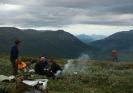 En siste matrast med utsikt mot Buntavággi og Reisadalen. Betasuppa med pølsebiter og litt ekstra grønnsaker smakte fortreffelig. Foto: Evald Bjerkli
