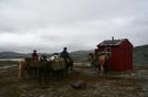På en forblåst knaus øst av Báddarjávri står en bevaringsverdig linjekurs til forfalls. Hytta var i bruk da den første telefonlinja mellom Kvænangen og Alta ble bygd. Foto: Evald Bjerkli